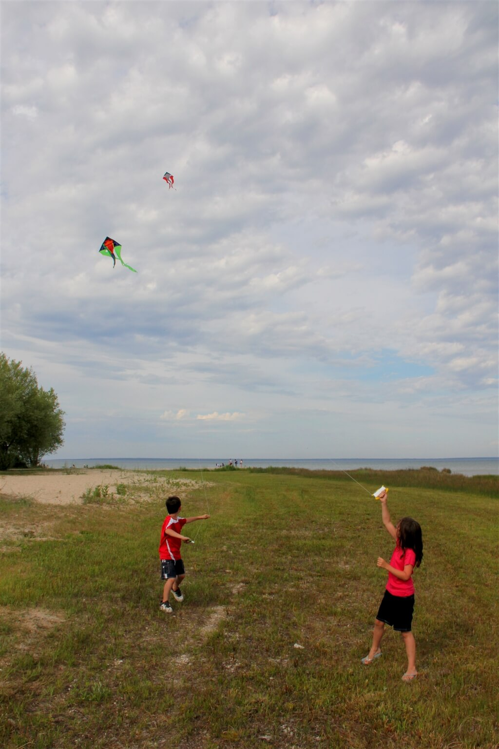 Photo of people flying kites at Mackinaw Mill Creek Camping in Mackinaw City, MI. © 2016 Frank Rogala.